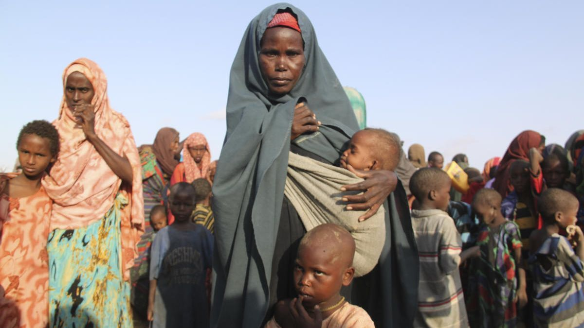 Varias mujeres y niños del campo de refugiados de Dadaab (Kenia).