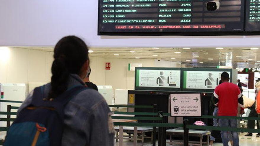 Adif detecta més de 7.500 viatgers d'AVE a Sants amb la mascareta mal posada