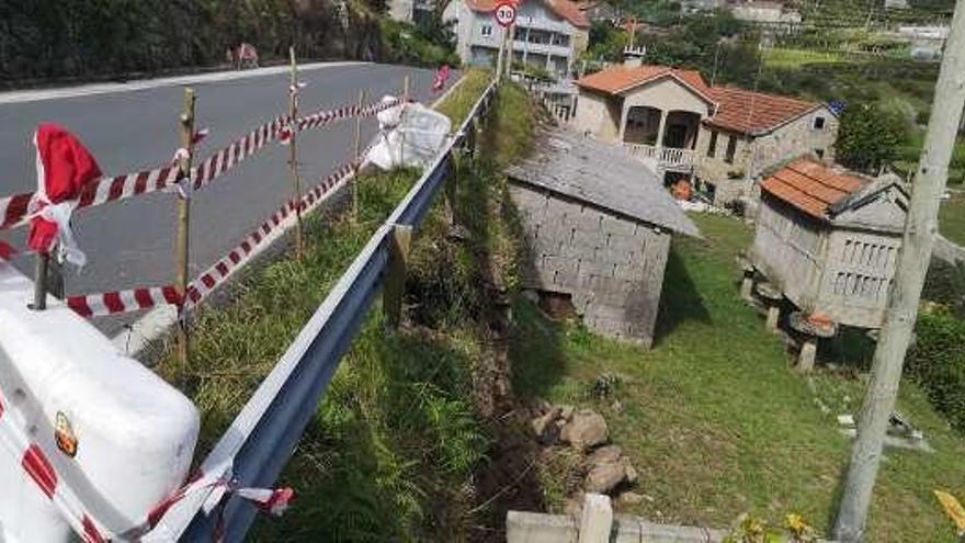 La lluvia tira un muro de contención de la carretera de Xeve a Verducido