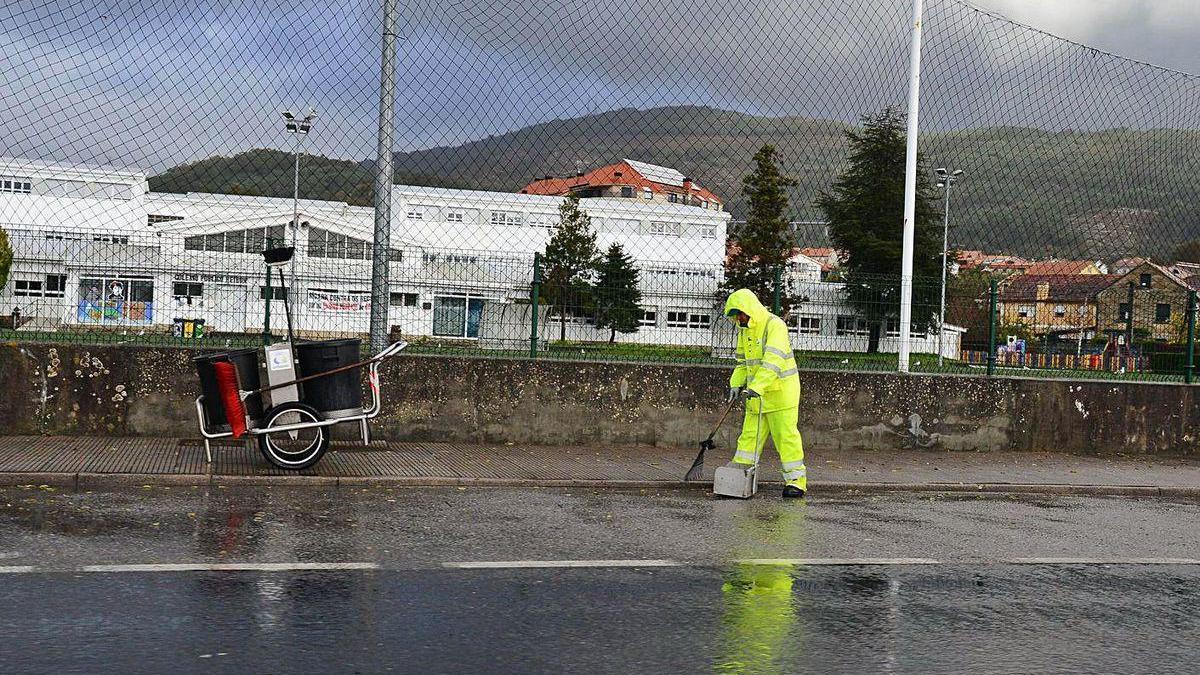 Limpieza viaria en el entorno del colegio de Reibón en Moaña.