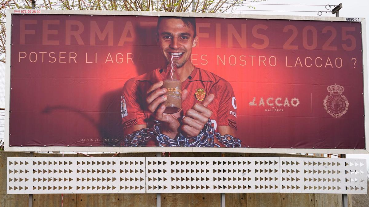 Valla publicitaria en la que el Mallorca anuncia la renovación de Valjent