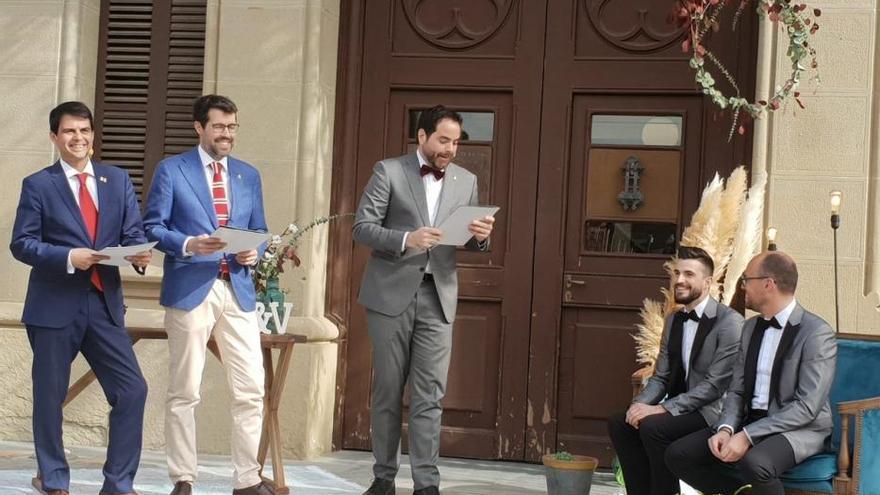 L'alcalde de Gironella David Font i el regidor Lluís Vall es casen a la Torre de l'Amo