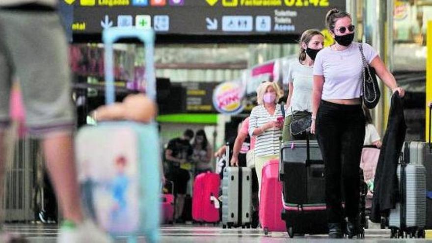 Turistas en un aeropuerto canario tras las primeras reaperturas de vuelos. | | ANDRÉS GUTIÉRREZ