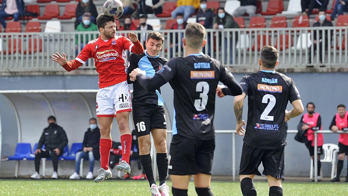 Ube gana un balón a Piay, en el partido que enfrentó a ambos equipos en liga. |  // BERNABÉ