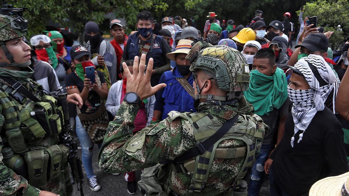 Soldados dialogan con los manifestantes indígenas en Cali.