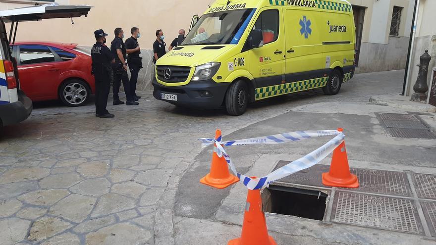 Una niña alemana de tres años se precipita por una arqueta de Gesa de tres metros en Palma