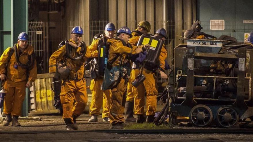 Rescatistas ingresan a una mina de carbón.