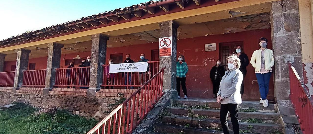 Vecinos de Urbiés, ayer, junto a las viejas escuelas. | D. M.