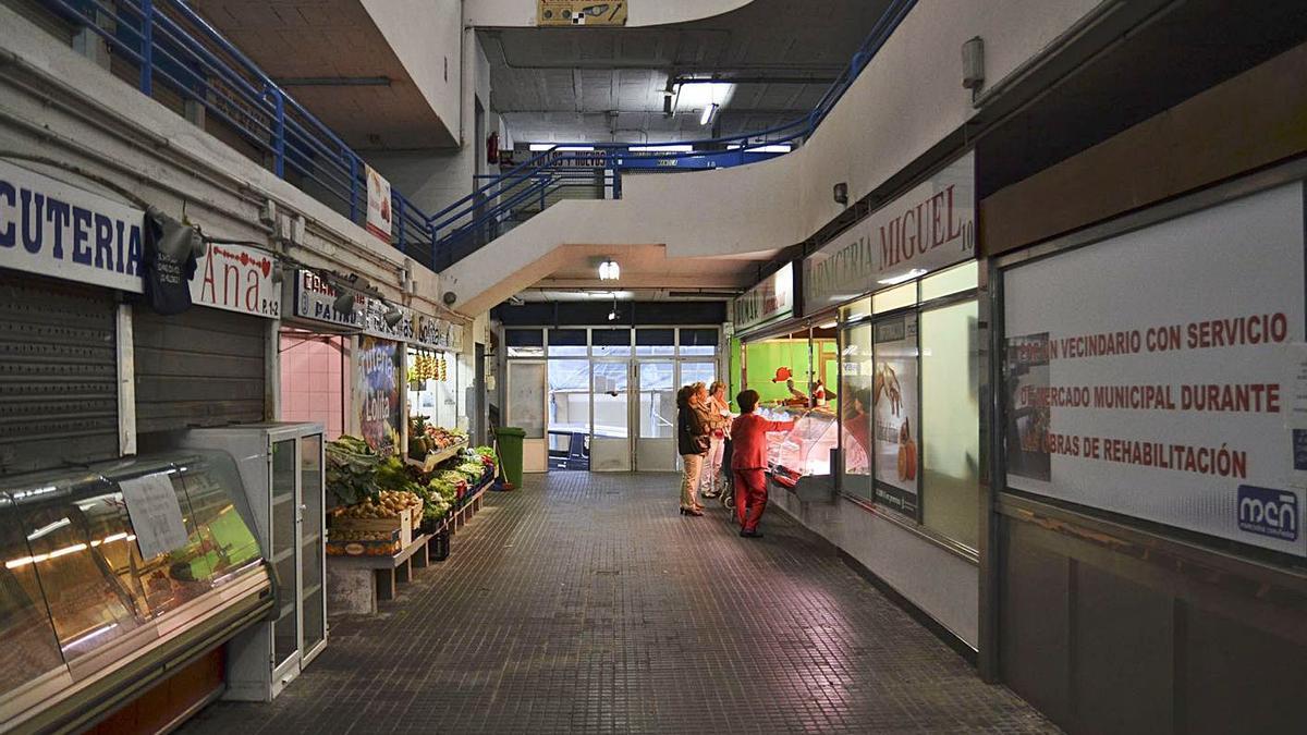 Puestos con clientes en el mercado de Santa Lucía.     // FRAN QUEIRUGA/ROLLER AGENCIA