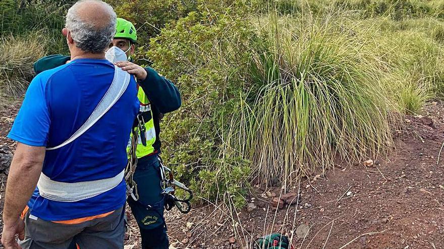 La Guardia Civil auxilia a dos excursionistas heridos en la Serra