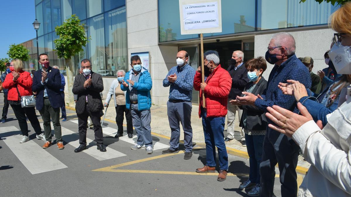 Asistentes a la concentración de esta mañana en Benavente por la sanidad pública. / E. P.