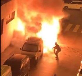 El coche, en llamas.