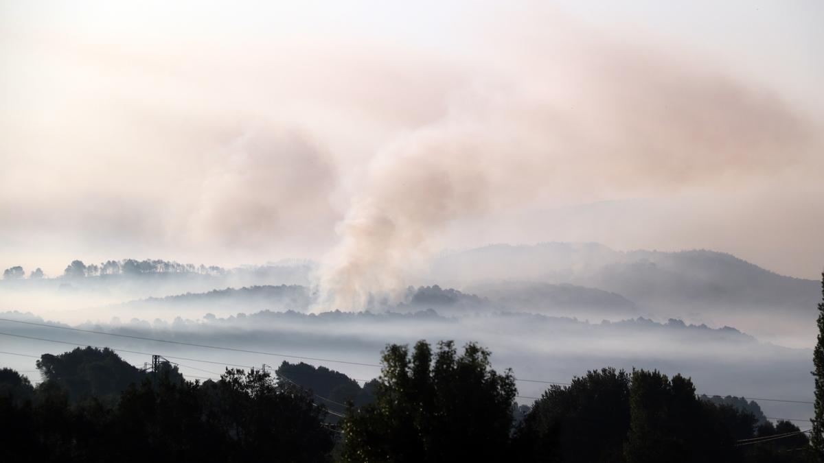 Pla general d'una columna de fum en l'incendi de Santa Coloma de Queralt que ja ha cremat unes 1.100 ha, el 25 de juliol de 2021. (Horitzontal)
