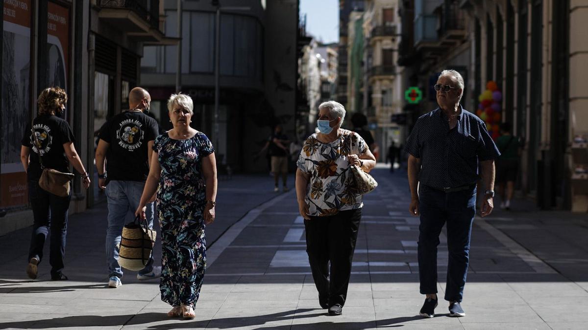 Personas paseando por Santa Clara este sábado en Zamora con y sin mascarilla.