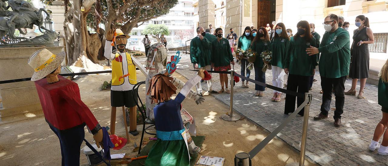 Ninot de carrer en la Diputación sobre las  ganas de plantà