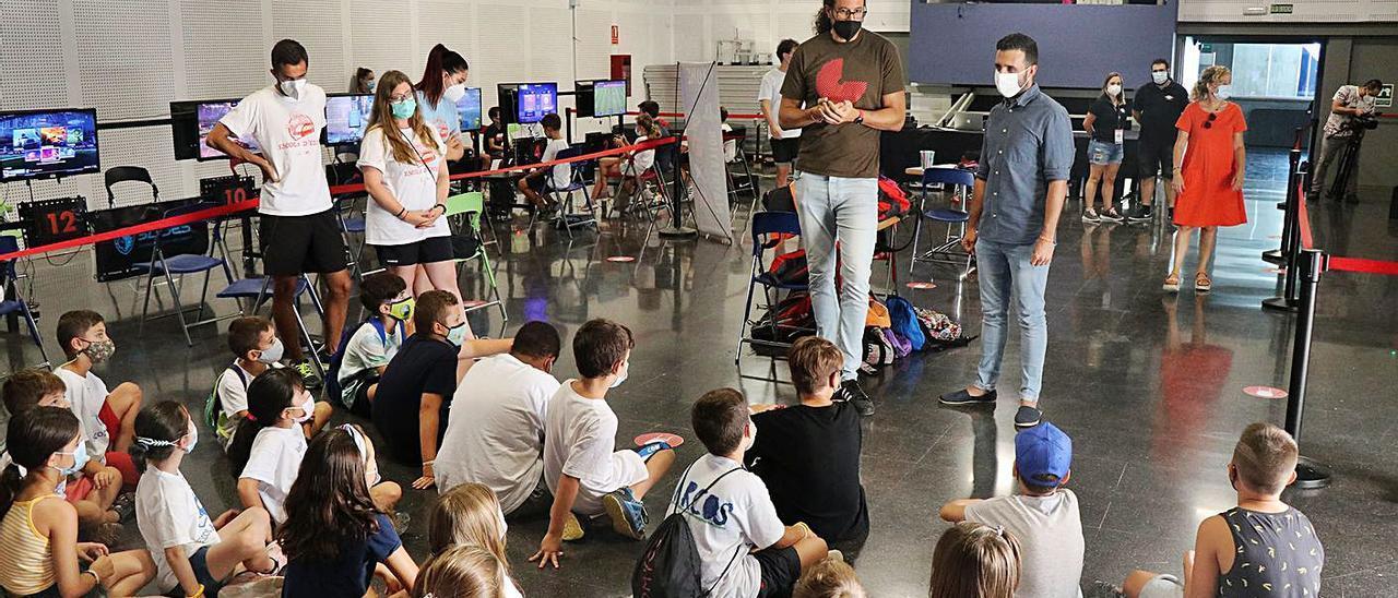 El alcalde y el edil de Infancia y Juventud, al visitar una de las actividades.    LEVANTE-EMV