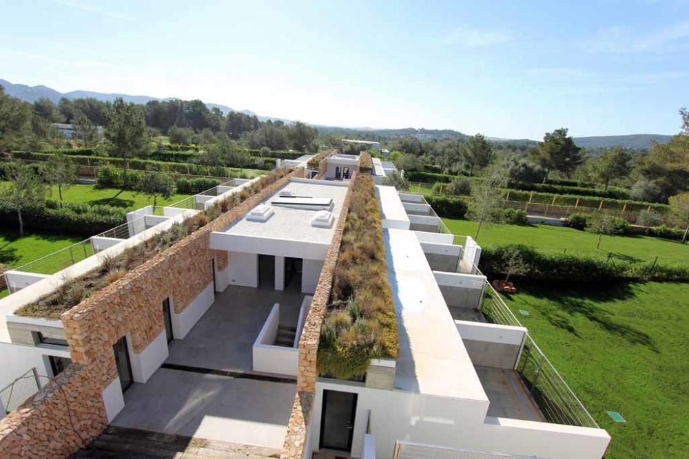 La nueva perrera de la isla, financiada por la Fundación Gossos, está cerca de Sant Rafel. Ya está prácticamente construida