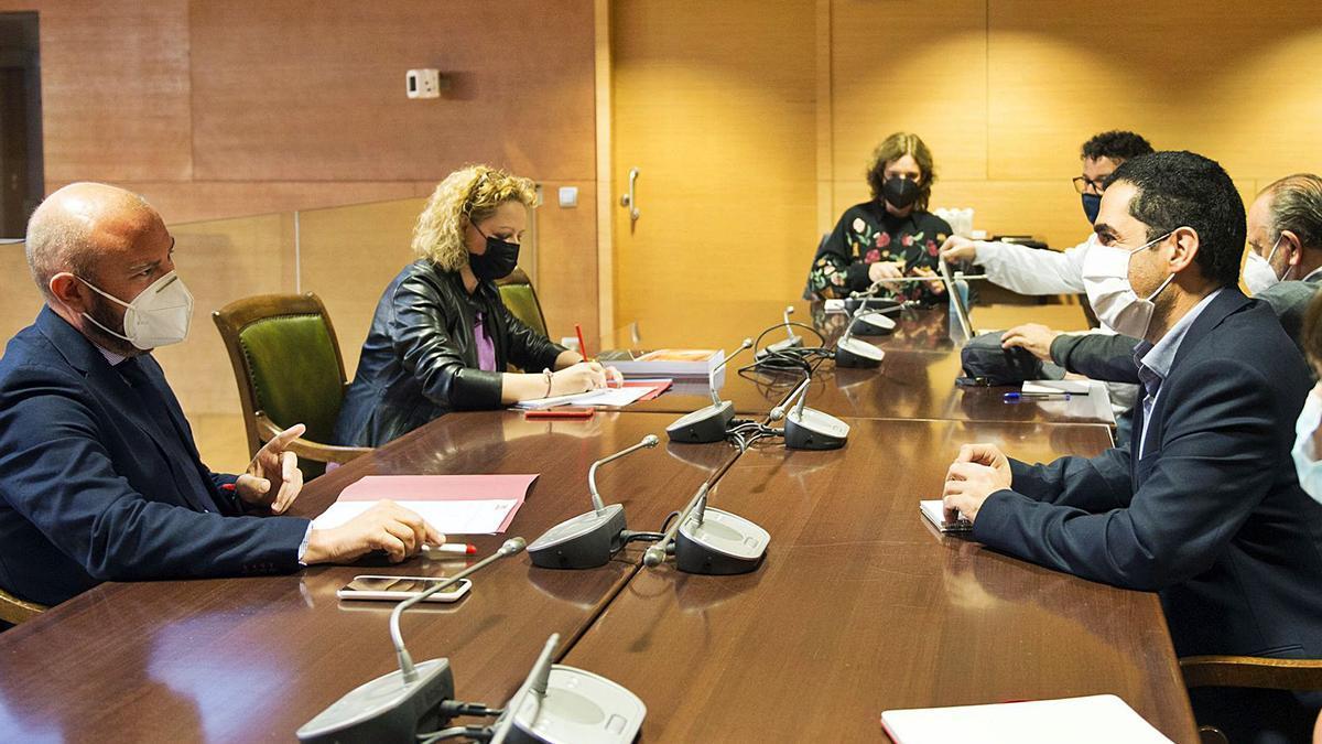 El portavoz del PSOE y alcalde de Alcoy, Toni Francés, junto al presidente de la Diputación de Valencia y diputados. | RAQUEL ABULAILA