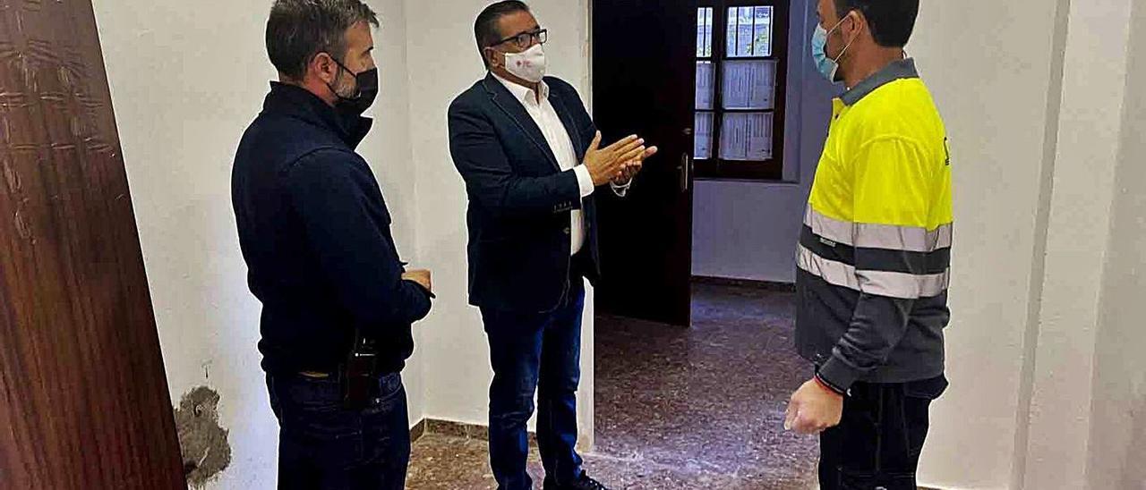 El concejal de Obres Municipals Manuel Cuesta visita las instalaciones cedidas junto a los técnicos   LEVANTE-EMV