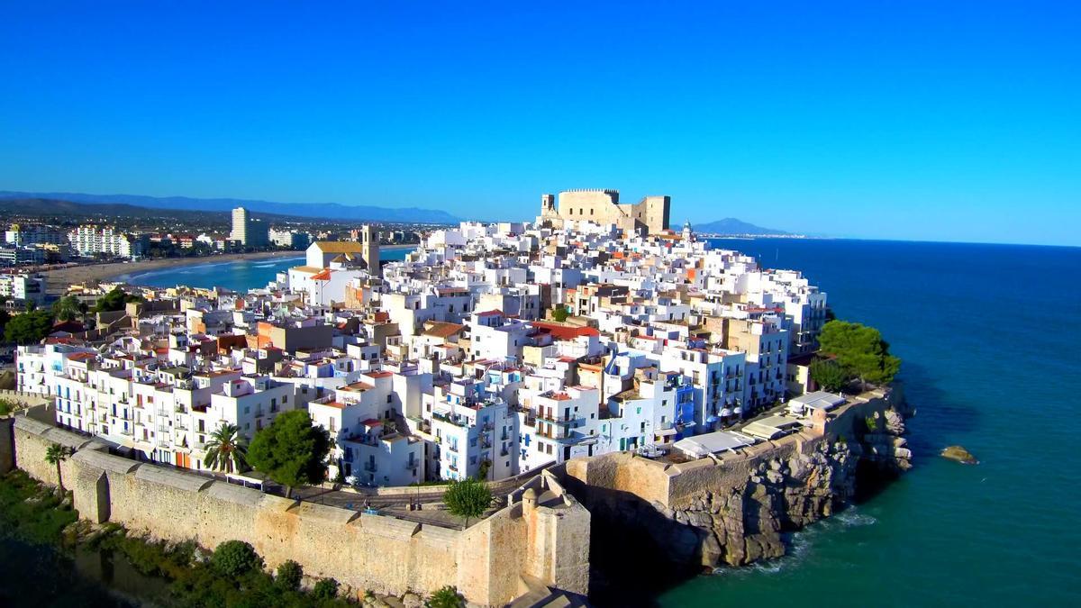 Panorámica aérea del casco antiguo amurallado de Peñíscola, cuyo plan turístico es uno de los elegidos por el Gobierno.