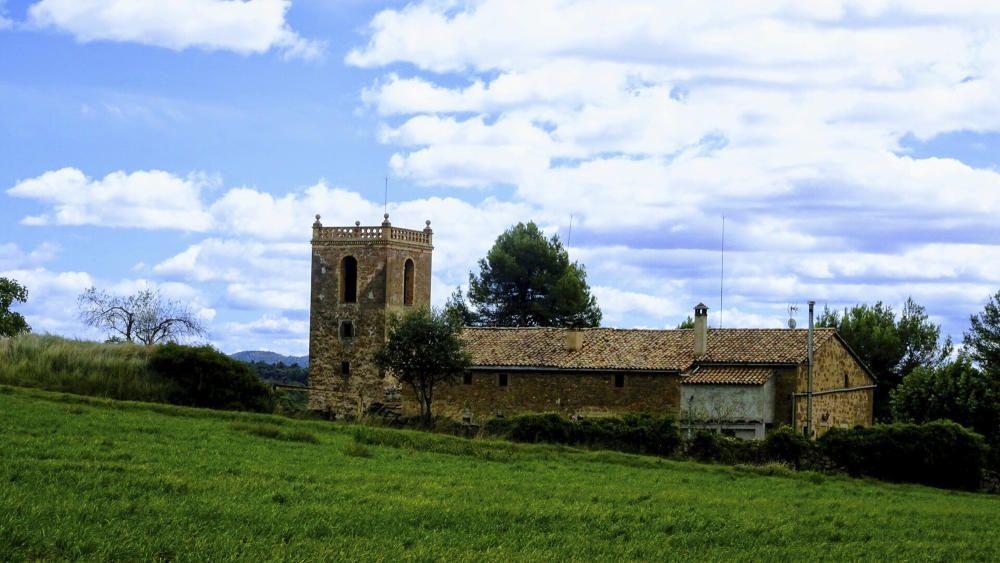 Sant Salvador de Torroella, amb un fons ennuvolat.