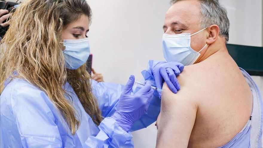 Los especialistas avisan de que los vacunados pueden seguir contagiando