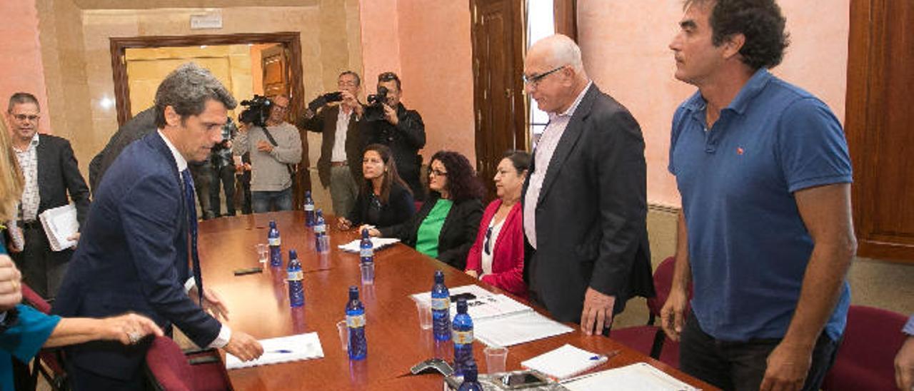 El delegado del Gobierno, Enrique Hernández Bento, a su llegada a la reunión con los portavoces políticos, ayer.