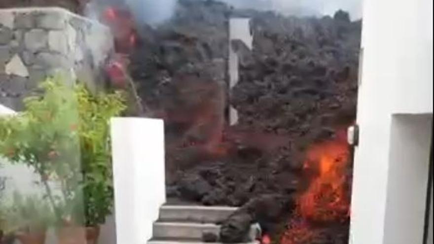 La lava 'engulle' una vivienda en La Palma