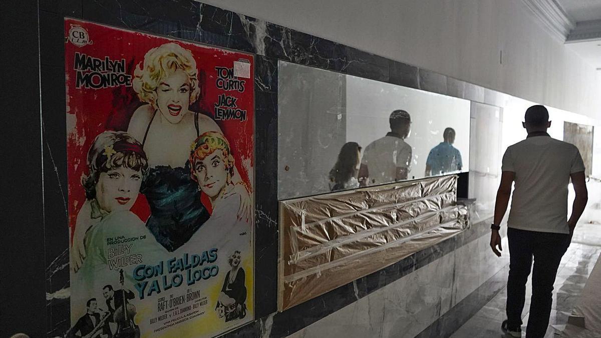 Uno de los vinilos que decoran el portal con la reproducción de carteleras de películas clásicas. | Jose Luis Fernández