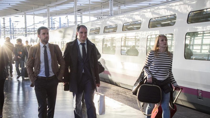 Viajeros en una estación de tren.