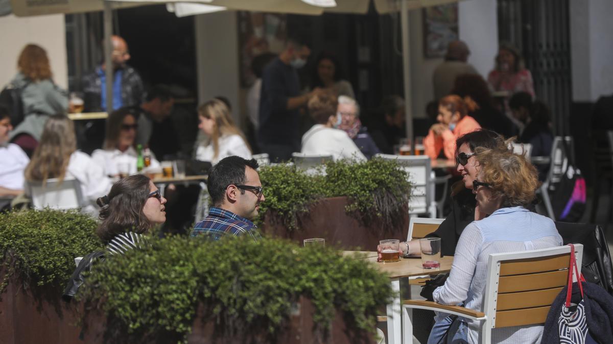 Personas en la terraza de un bar en Sevilla.