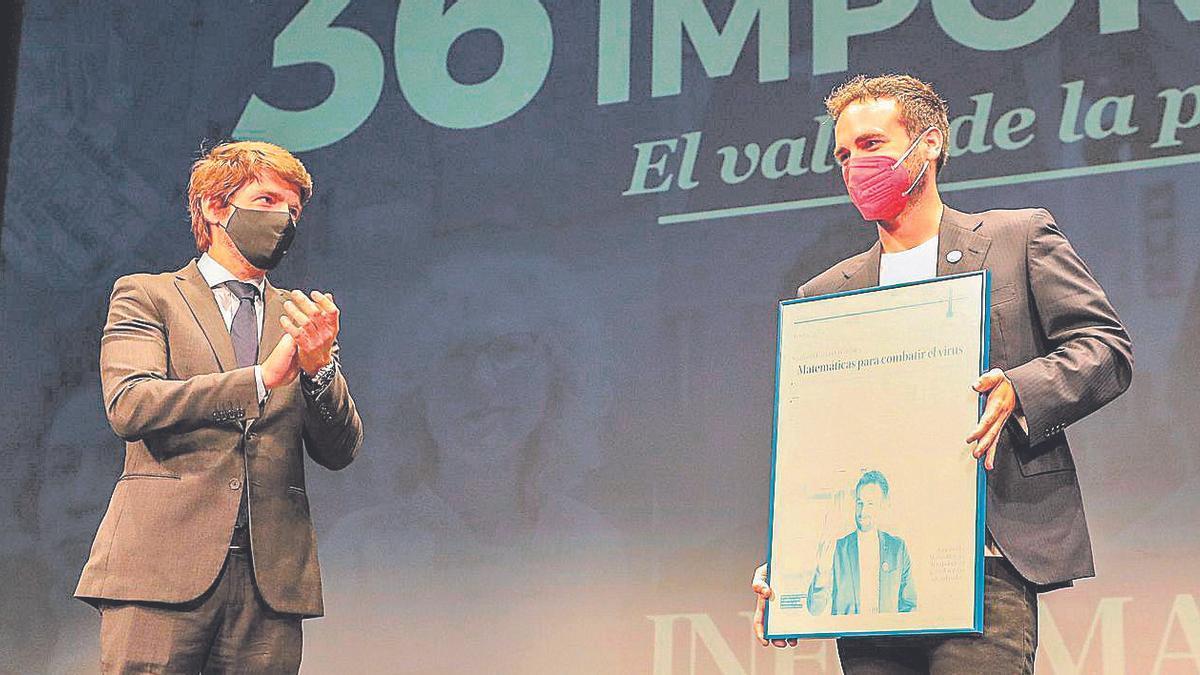 Sergi Guillot, director general de Prensa Ibérica, aplaude al matemático de la Universidad Miguel Hernández Santiago García Cremades. |