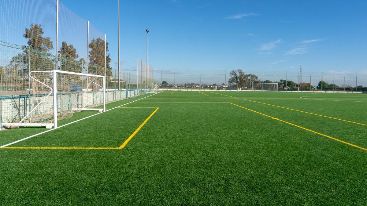 El nuevo campo de fútbol de césped artificial de El Bohío