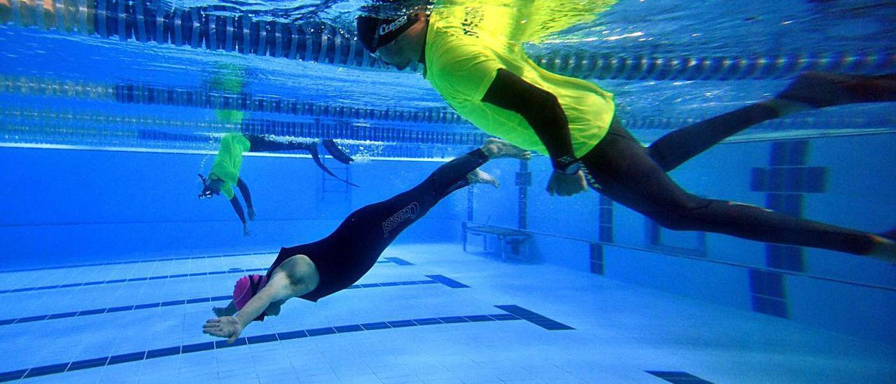 Competición en la piscina del CGTD (arriba) y grupo de participantes. |  // GUSTAVO SANTOS