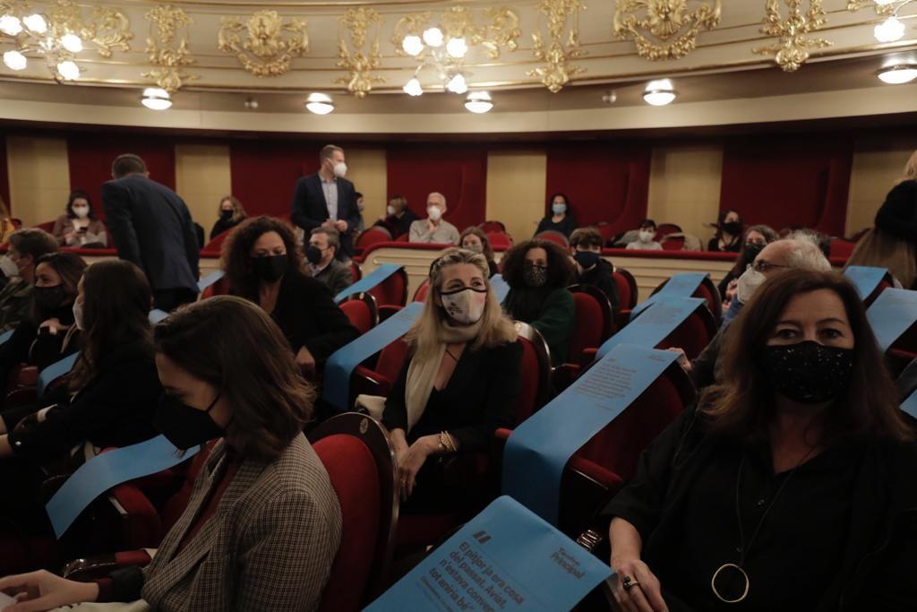 Las 'kelly' reciben a Yolanda Díaz en el Teatre Principal