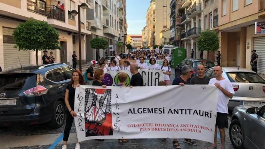 Un centenar de antitaurinos protesta por la  fiesta de Algemesí