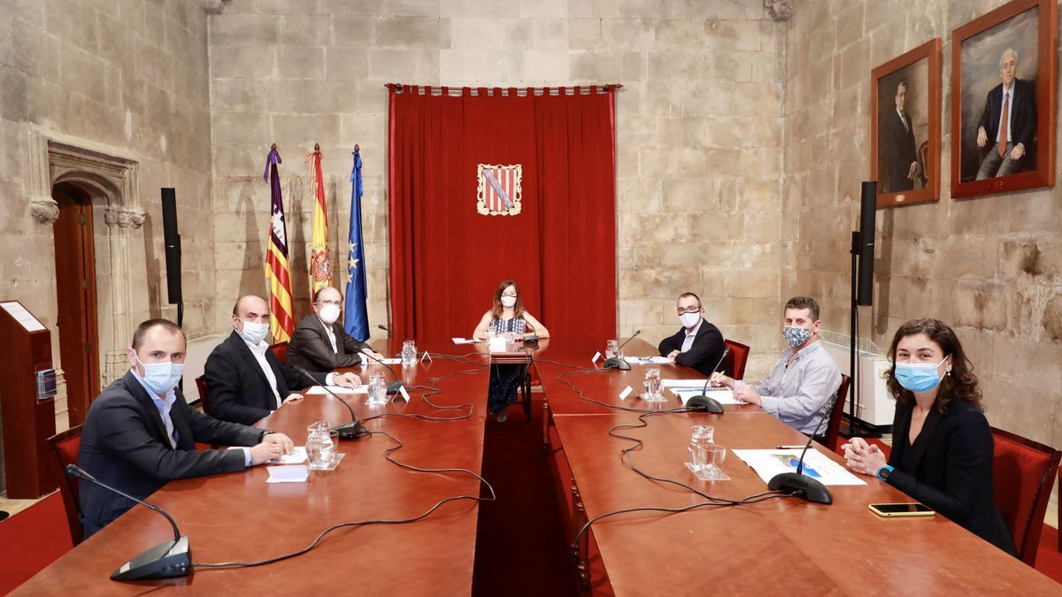 Imagen de la reunión de hoy de Armengol e Yllanes con los representantes de Acciona, Enagás y ayuntamiento de Lloseta, en el Consolat de Mar.