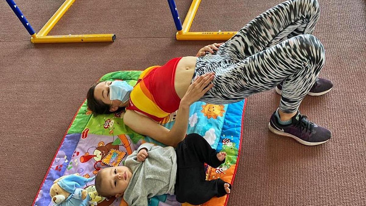 Raquel Álvarez Polo se ejercita con su pequeño al lado. | Cedida