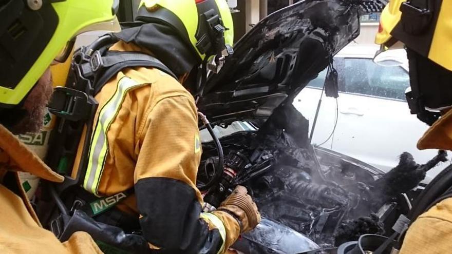 Arde un coche en Alcoy mientras estaba parado