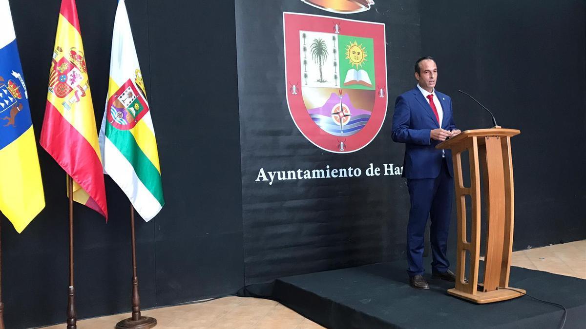 Alfredo Villalba, alcalde de Haría, hoy durante la rueda de prensa ofrecida en Haría.