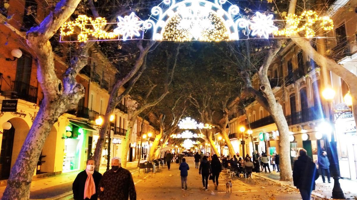 La principal artería comercial y social de Dénia en una imagen de esta Navidad