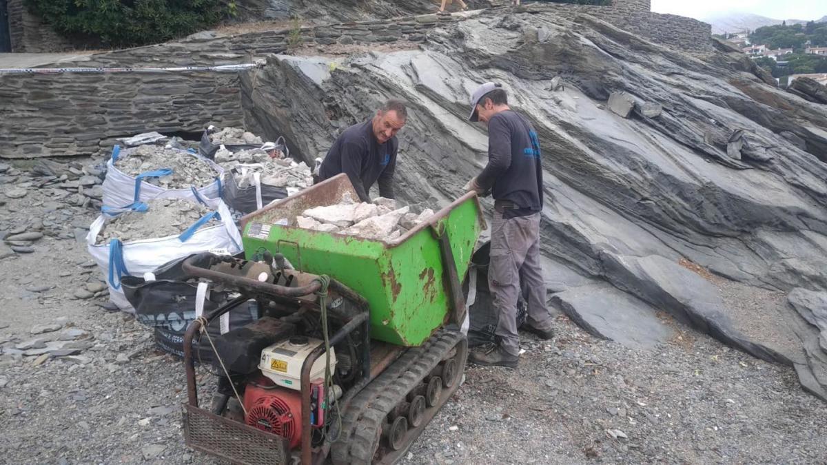 Els treballs per endreçar la platja des Sortell de Cadaqués.
