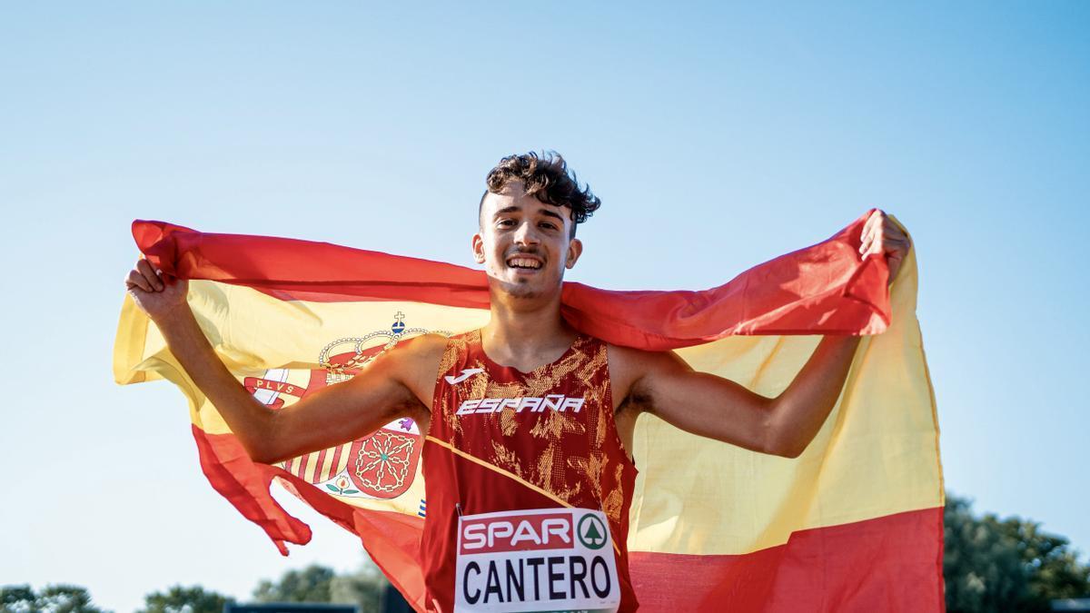David Cantero celebra su medalla de plata con la bandera española.