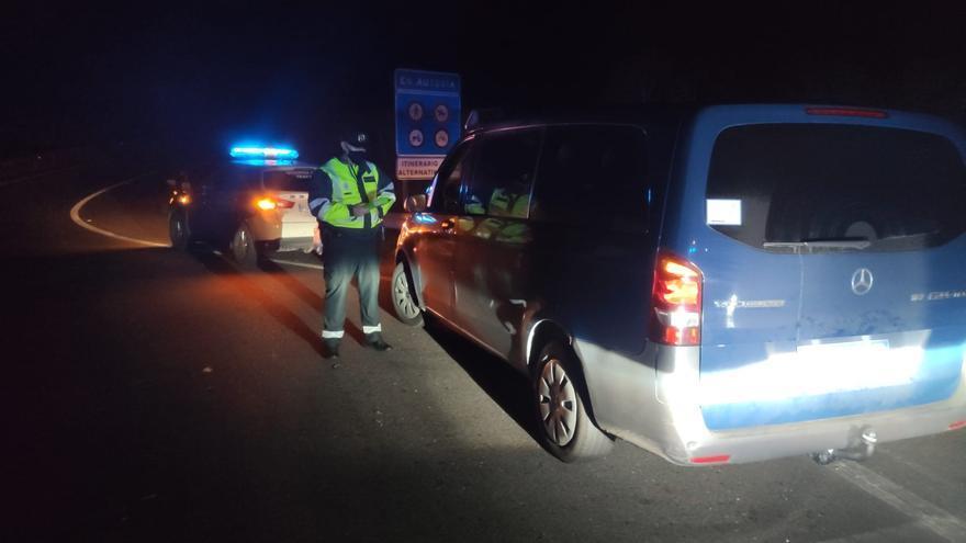 Multan a un conductor por alcoholemia y al taxista ebrio que acudió a recogerlo