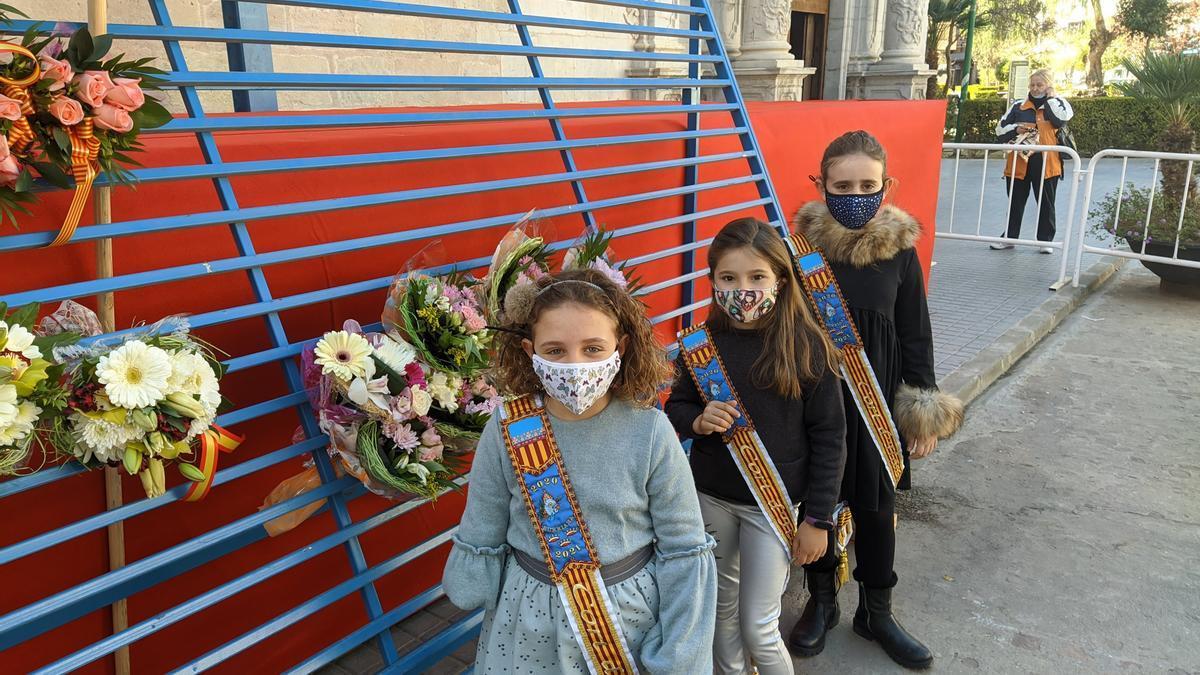 Tres niñas entregan flores en el tapiz en honor a la Misericòrdia, en marzo.