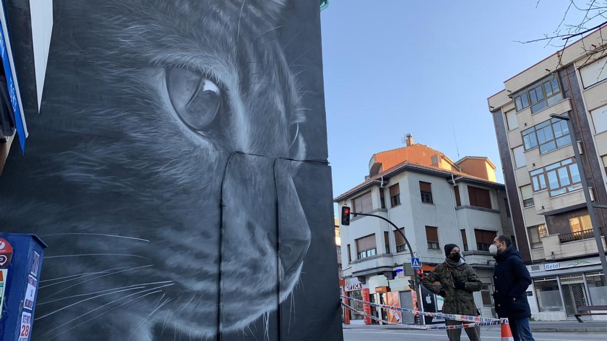 El mural de la avenida Oviedo de Lugones, con su autor y el Alcalde de Siero.