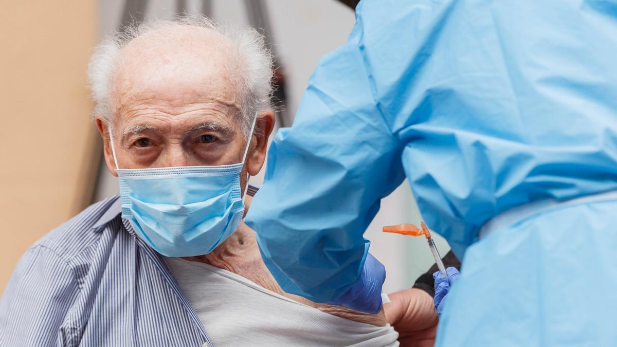 Un hombre recibe una vacuna contra el COVID.