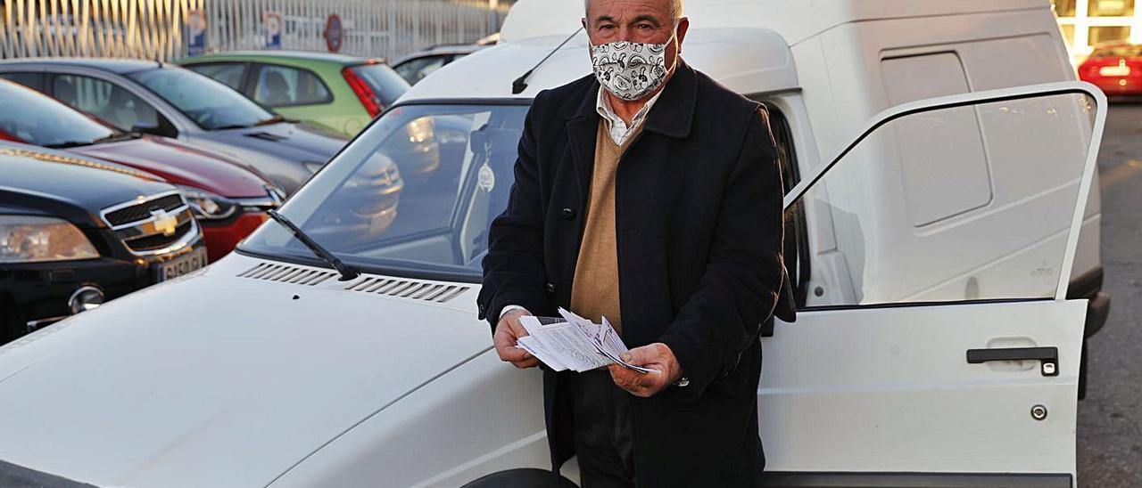 Antonio Troitiño, ayer en Chapela con su furgoneta, muestra las multas erróneas recibidas. |   // RICARDO GROBAS