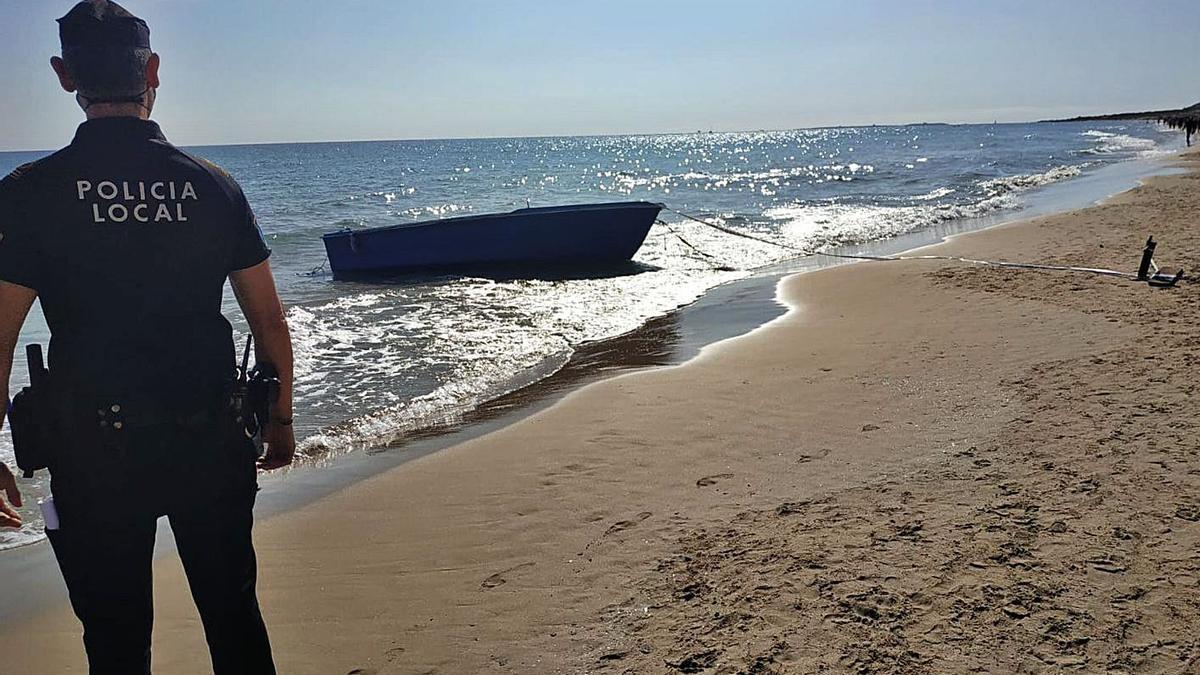 Una de las pateras llegada a la playa de Les Arenes de Elx.