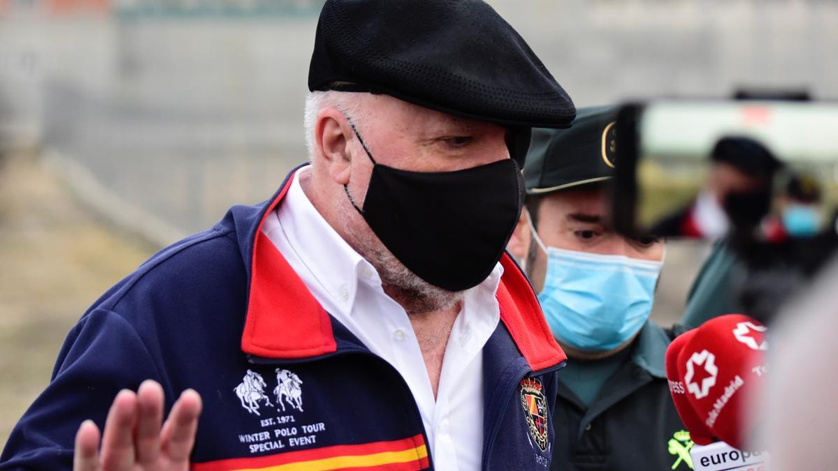 Villarejo entrega por escrito el número de un móvil para contactar con Rajoy.